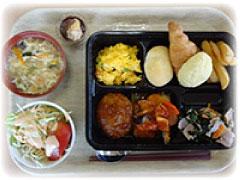 【給食サービスの一例(バイキング給食)の写真】